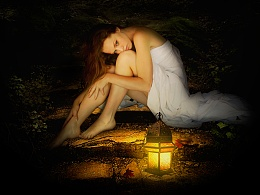 黑夜中提灯静坐的美女