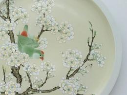 《梨花鹦鹉图》粉彩瓷盘