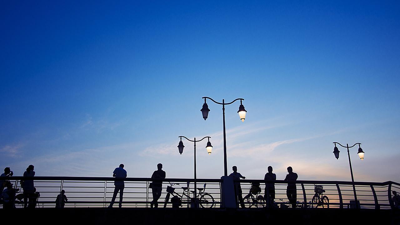 你站在桥上看风景,看风景人在桥下看你.