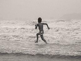 台风退去沙滩上的人们