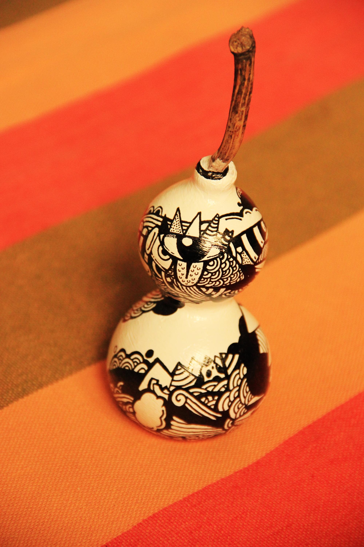 小手套的手绘黑白葫芦