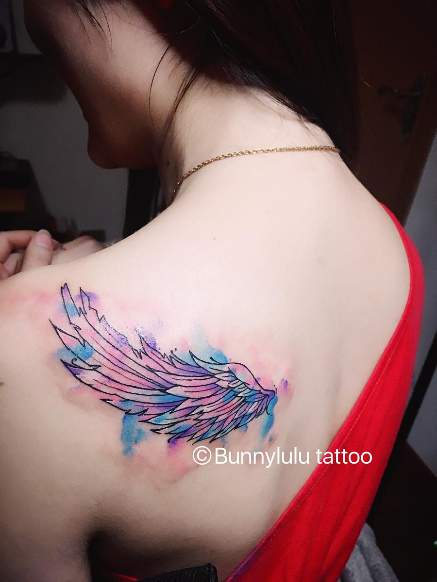 彩色翅膀泼墨纹身