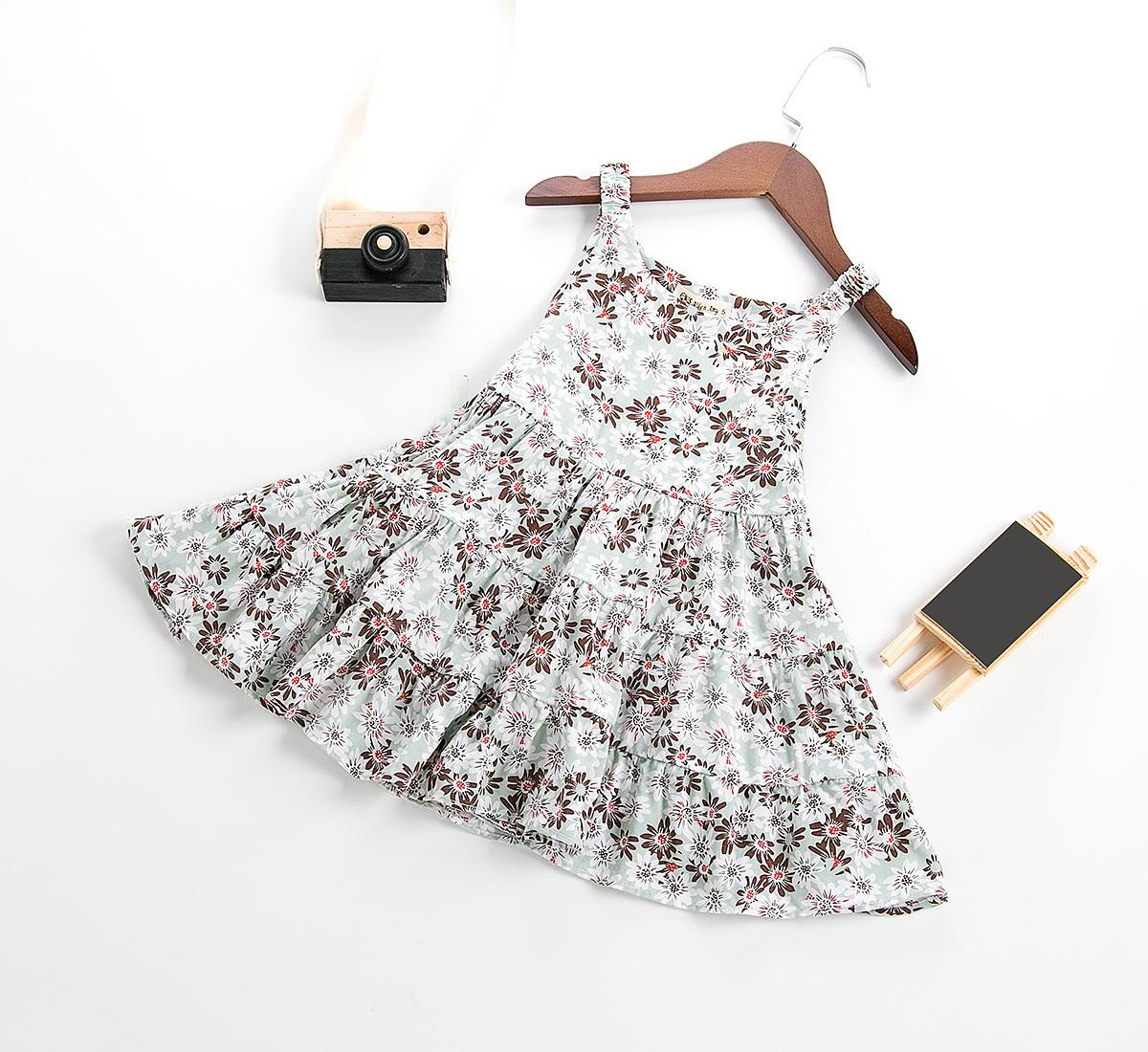 女童装花裙子静物拍摄图片