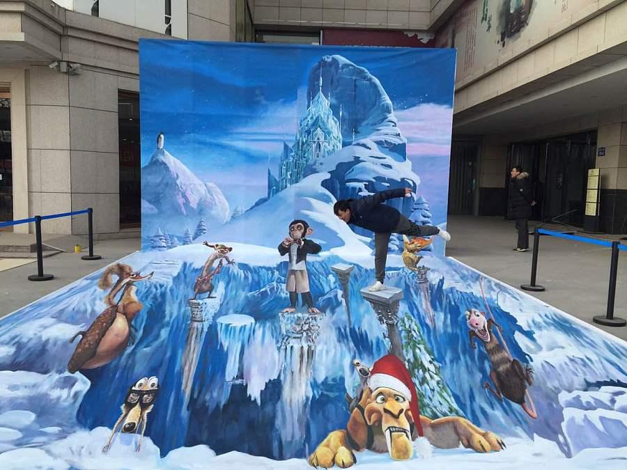 冰雪奇缘3D立体画在设计冰雪奇缘版的时候,应用了墙地结合-S型和三角形交叉构图,形式还是很美!很喜欢里面斜眼藐视的小猴子,既绅士又高傲,似乎像社会上的某些人的样子.[呲牙]还有一只孤立在山峰尖上瞭望城堡的小企鹅,没有恐惧与寒冷,依然坚强