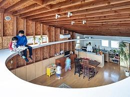 流泻日光的椭圆楼井-自然木质独栋宅
