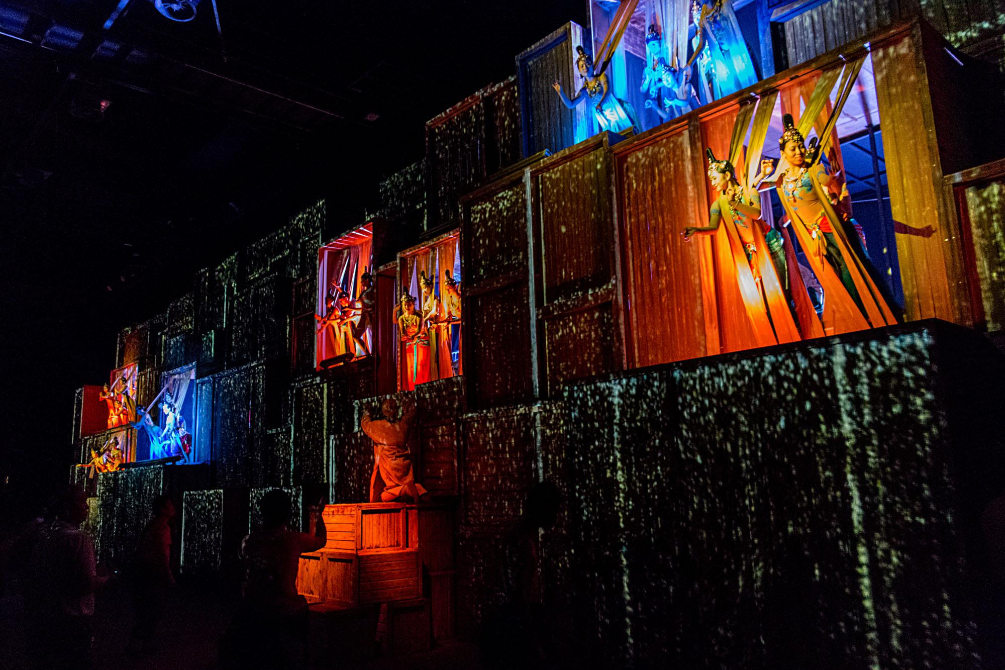 2016年10月1日假期间,在敦煌观看《又见敦煌》大型舞台剧拍摄。