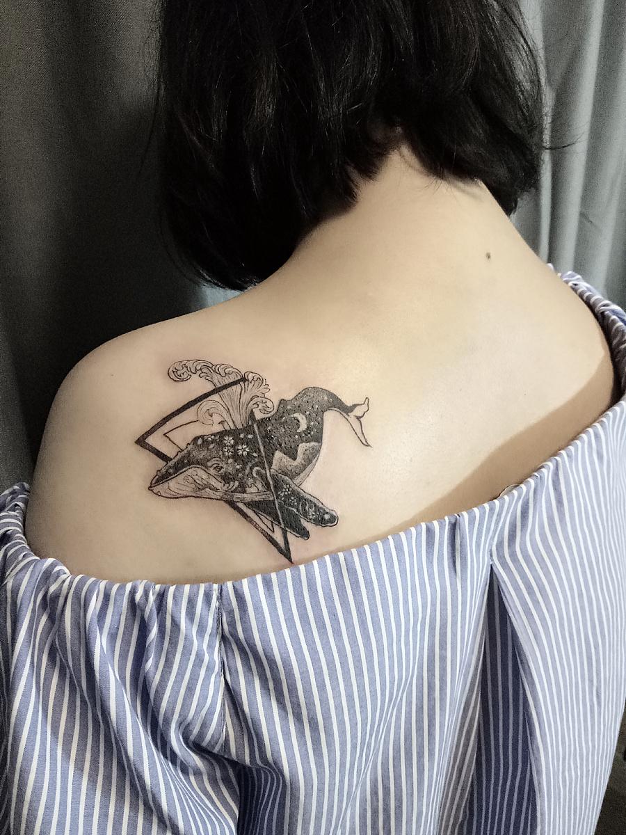 鲸鱼纹身图案.这位美女非常喜欢鲸鱼的.