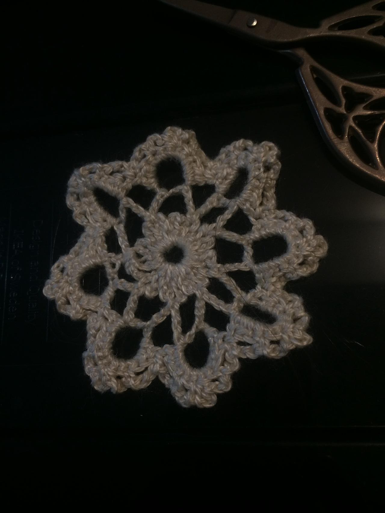 钩针编织漂亮的圆形蕾丝杯垫,太精美了,快来试试吧