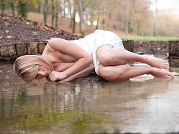水中的美女