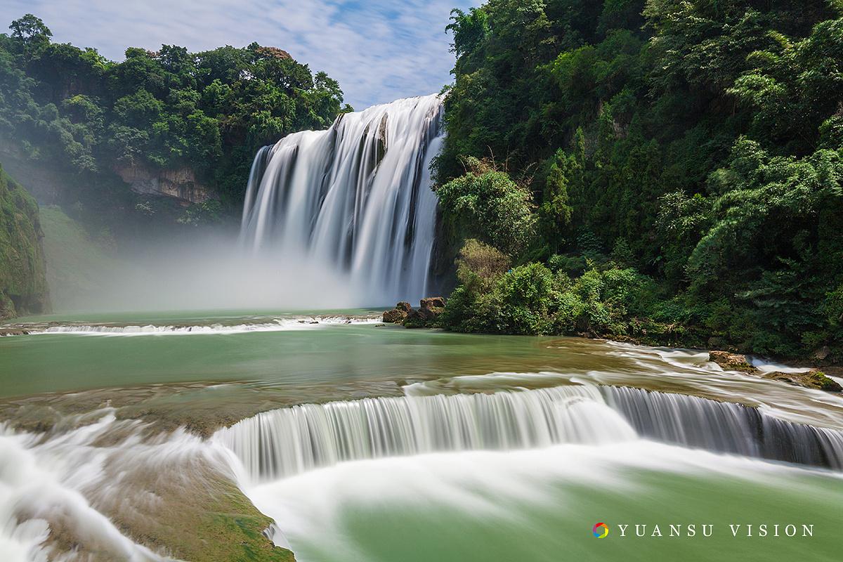 黄果树瀑布_美丽的黄果树瀑布与雨雾中的千户苗寨