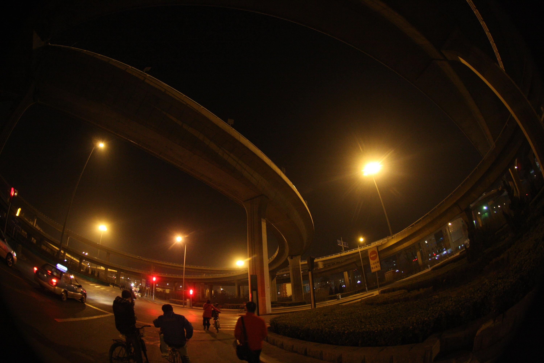 快速路中石油桥上发生五车连撞事故 堵死啦_腾讯网