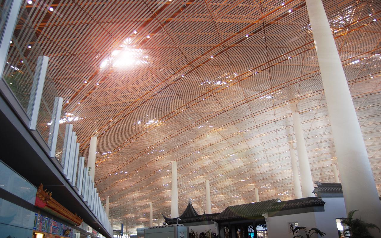 设计师foster设计的北京首都国际机场T3航站楼,是中国机场里程碑一样的建筑。整个航站楼的屋顶和地板之间,除了象牙一般的柱子之外,没有任何墙或其他整面的障碍物的阻隔,最大限度的达到了通透的效果;屋顶本身的曲线美,让人很自然的产生天穹的感觉,使人仿佛置身与一个天圆地方的神话理想世界之中。本作品拍摄于,T3航站楼国际免税区。