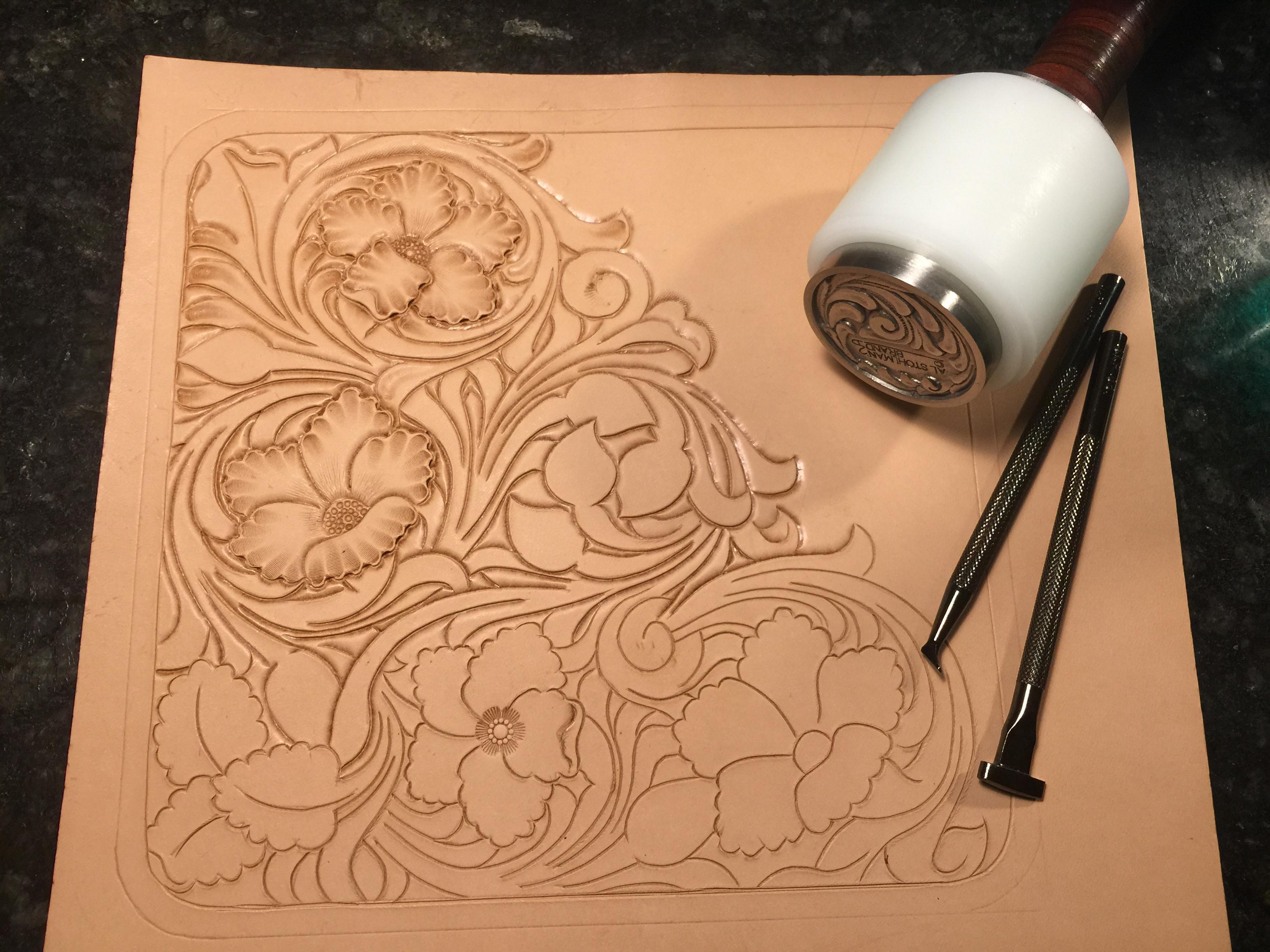 谢里丹皮雕细节处理_谢里丹风格皮雕长夹