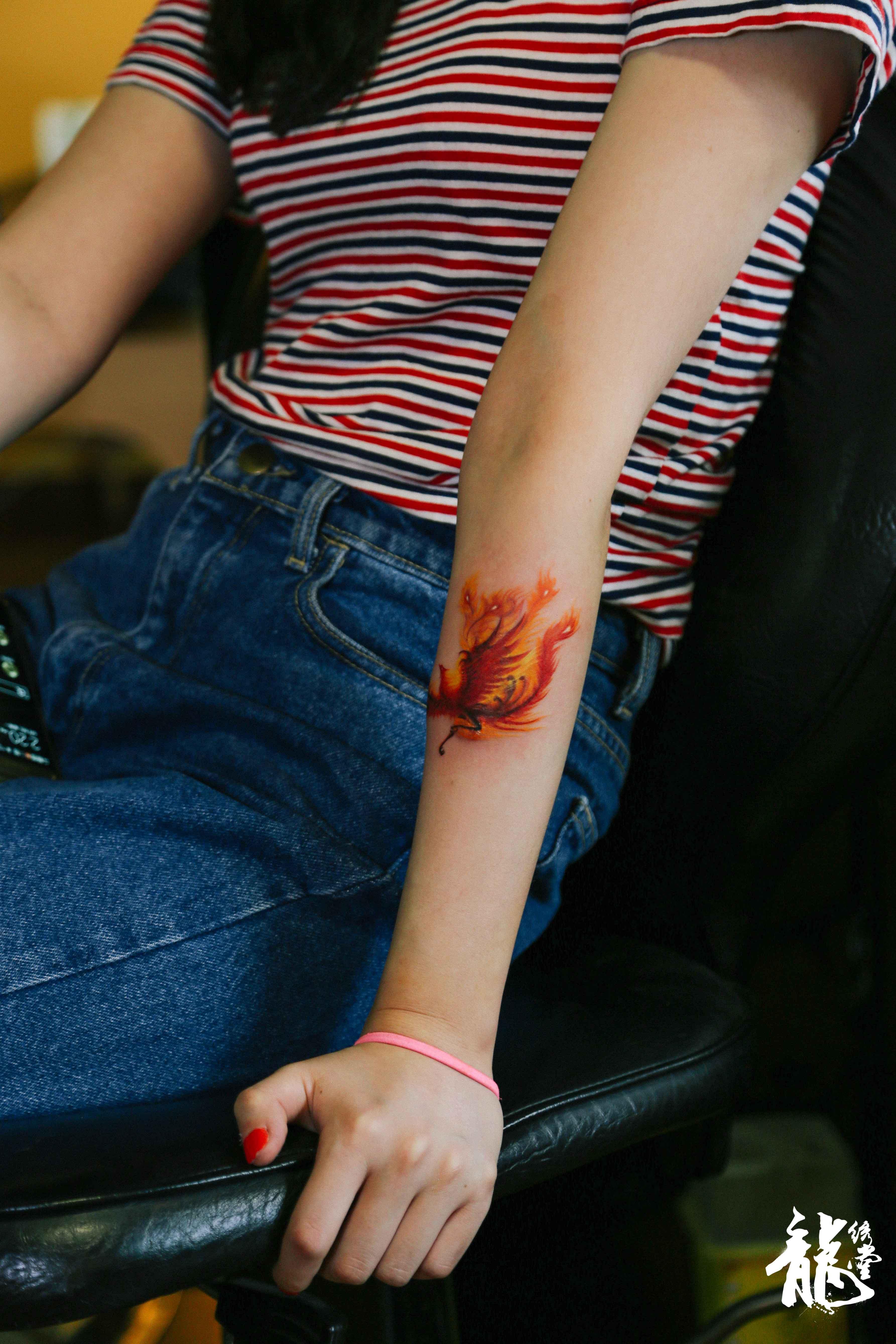 女生小臂彩色凤凰遮盖纹身图片
