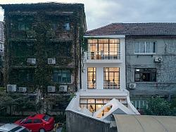 一个白色房子,一个生长的家