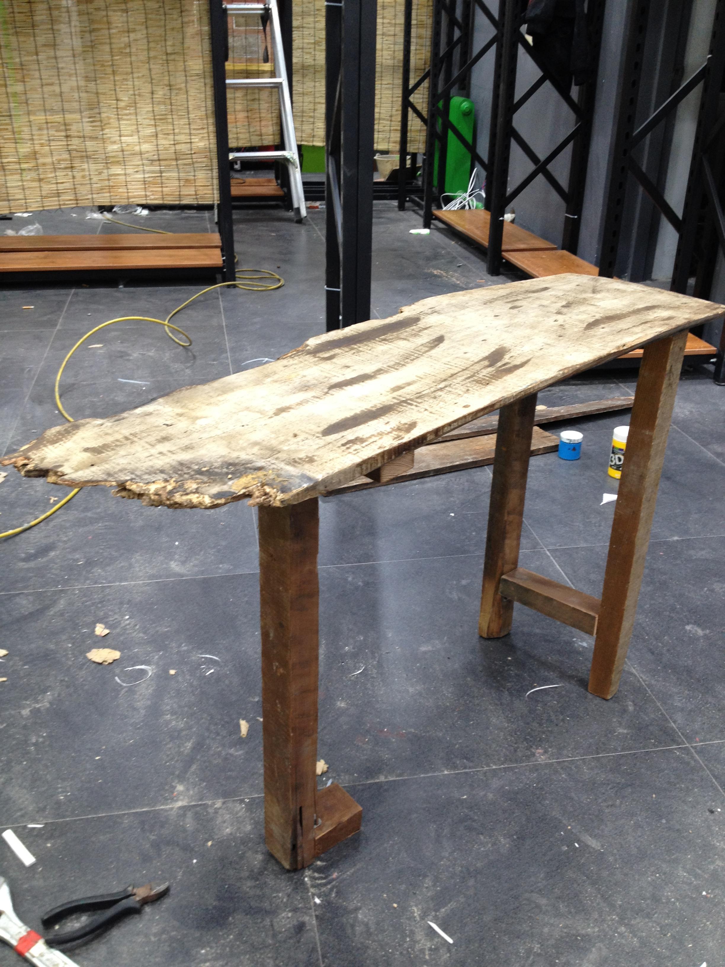 废旧木板制作的陈列架子
