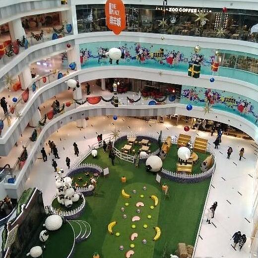 以琉璃花园夜市为主题,约四千平方米的商场中庭强烈表达了三个设计