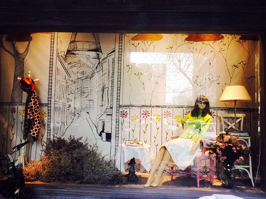 手绘的橱窗背景墙