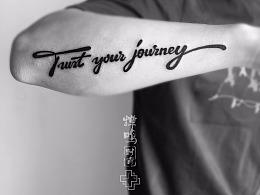 一组字母纹身