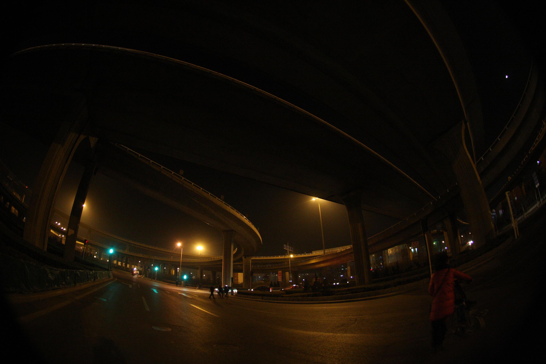大货车被卡桥底,中石油桥无法通行