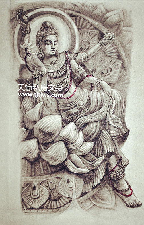 穿插紫红色的佛珠 以后背的轮廓为设计基础  创作的文身图图片