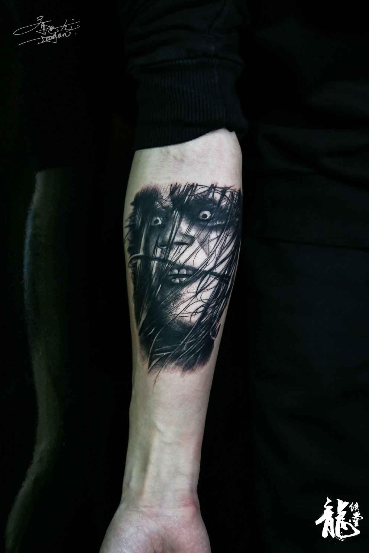 小臂暗黑肖像金属摇滚纹身