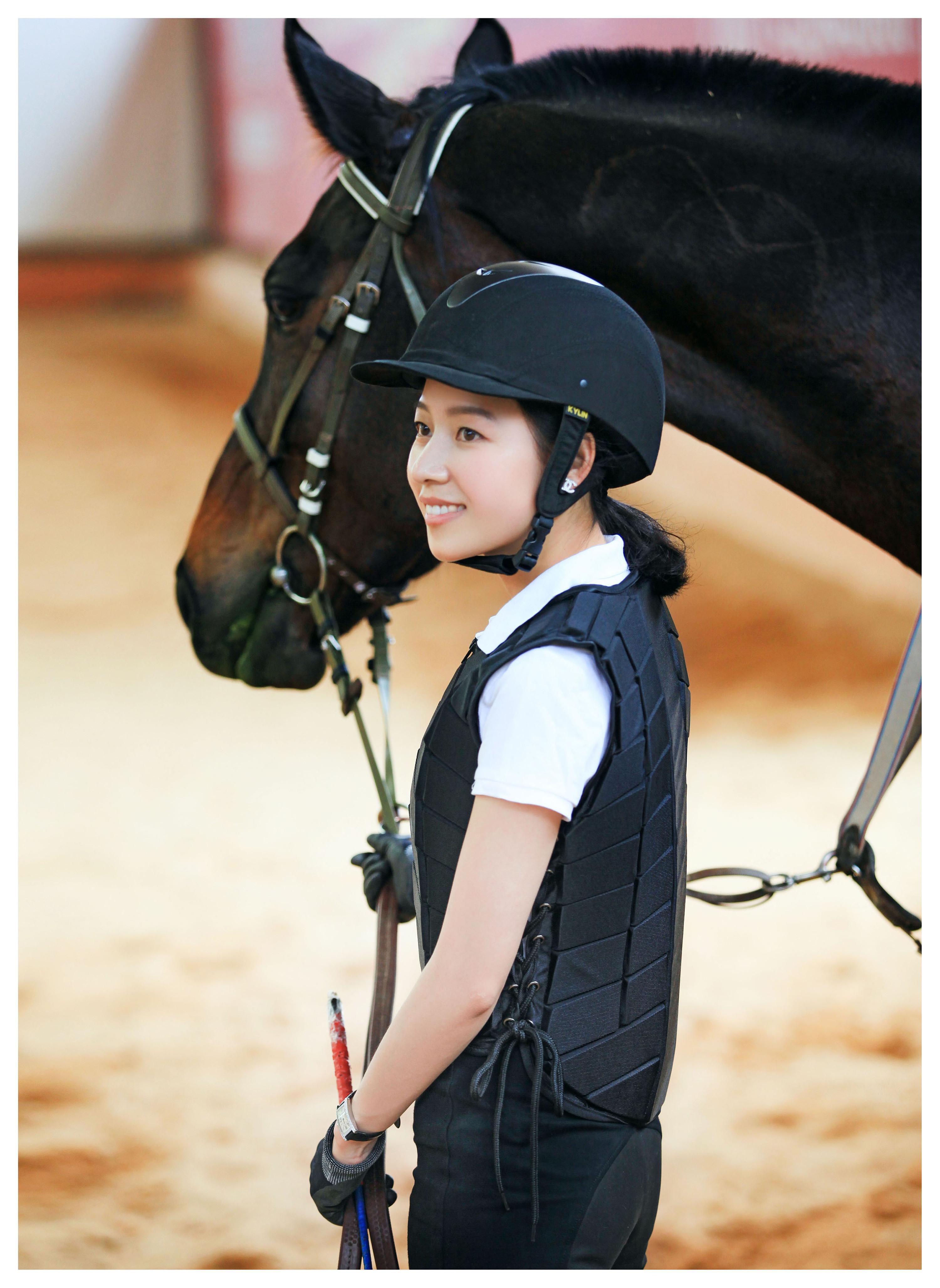 骑士白靴的美女_嘉丽泽马术俱乐部美女骑士
