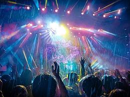 十万嬉皮雨夜蹦迪!在日本富士音乐节,拥抱乐队和夏天