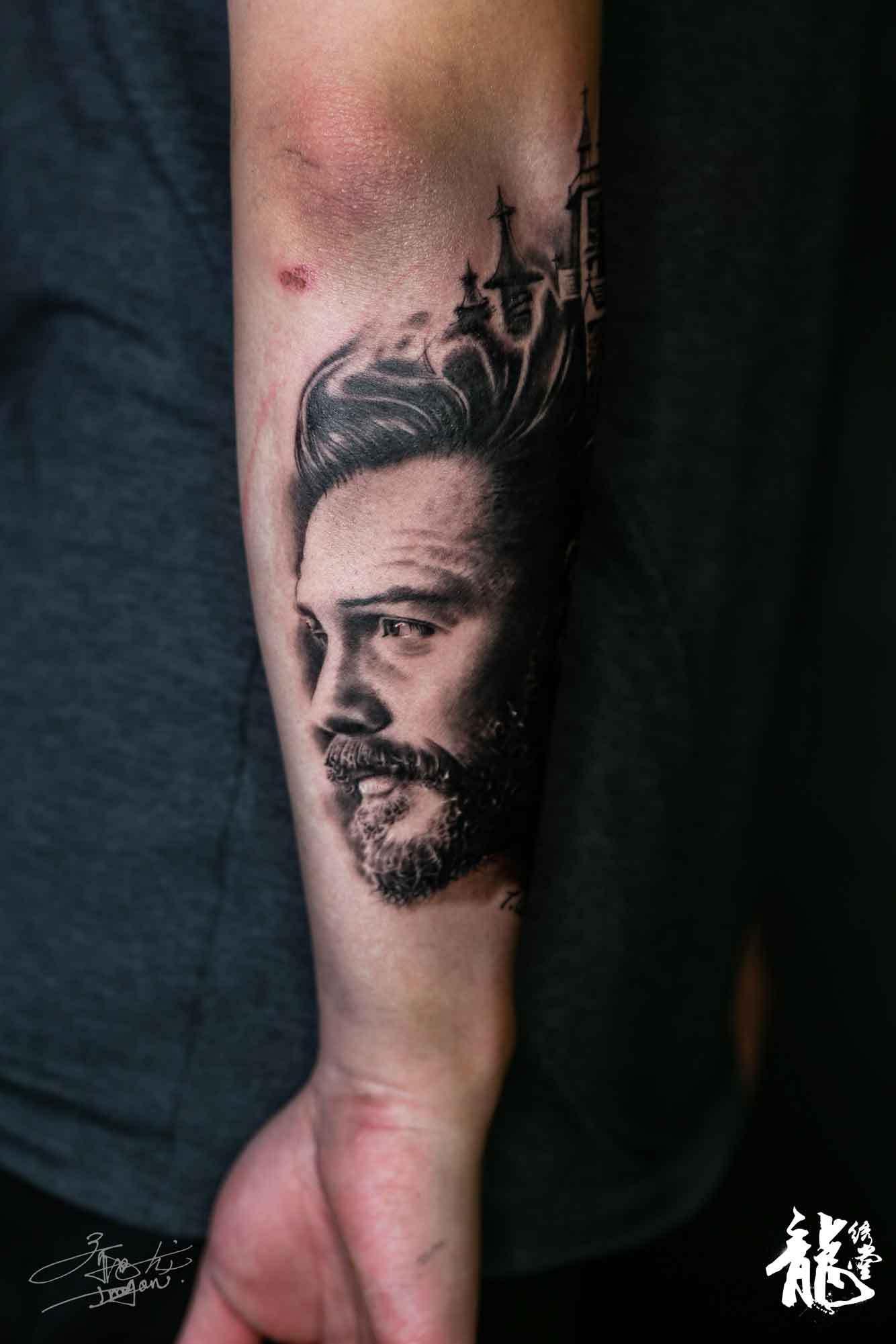 小臂创意人物古堡暗黑写实风格纹身图片