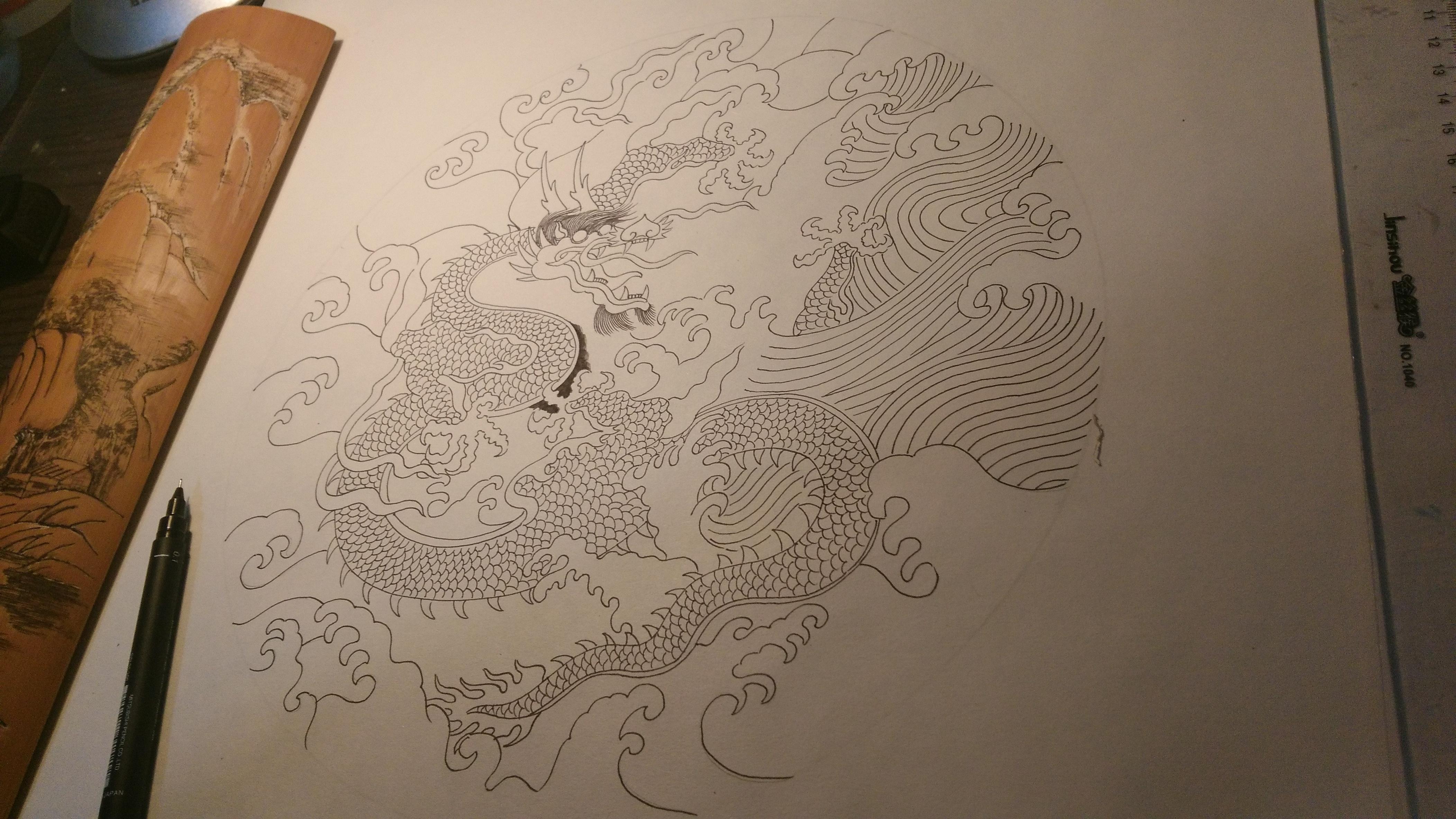 这是我选用明朝青花龙纹盘上的图案,运用钢笔画的形式进行设计创作图片