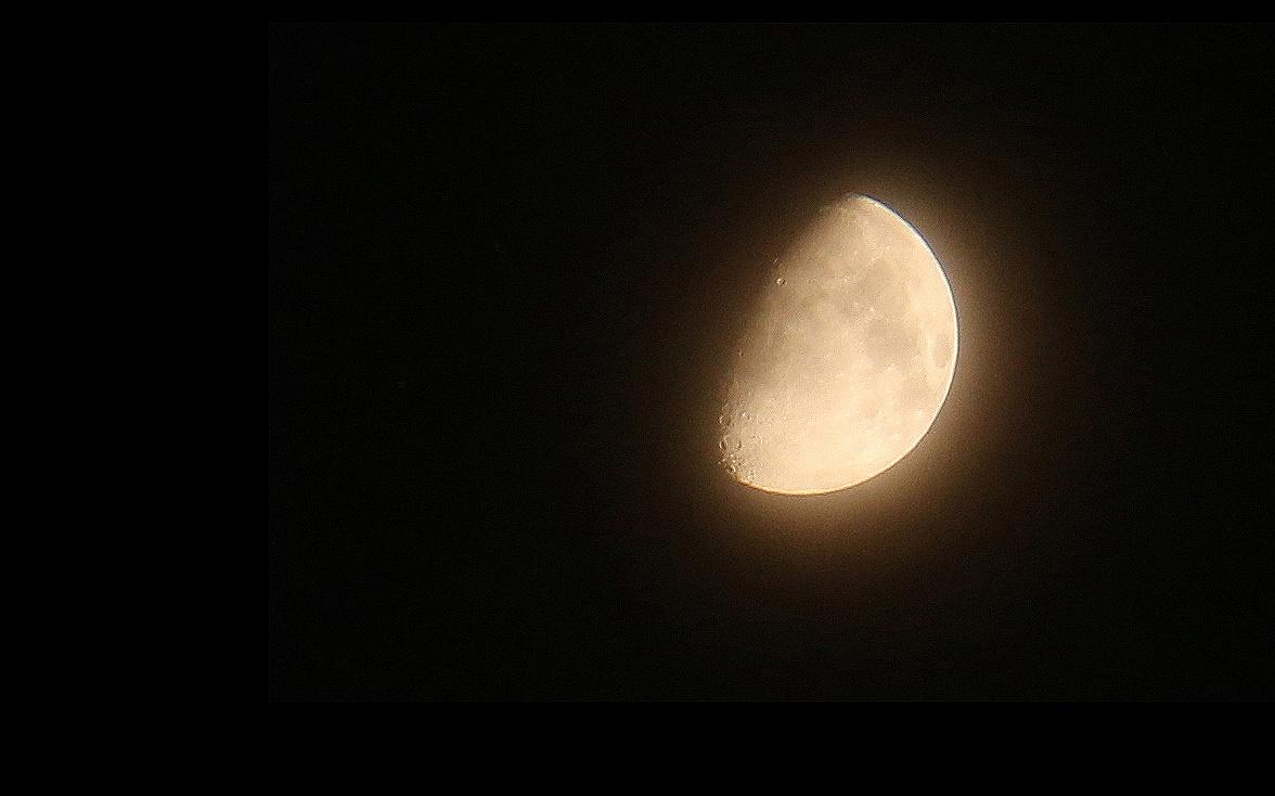 不假思索的�y.bz(_刚回去的时候,偶然抬头看到皓月星空,不假思索便抓起相机拍了下来