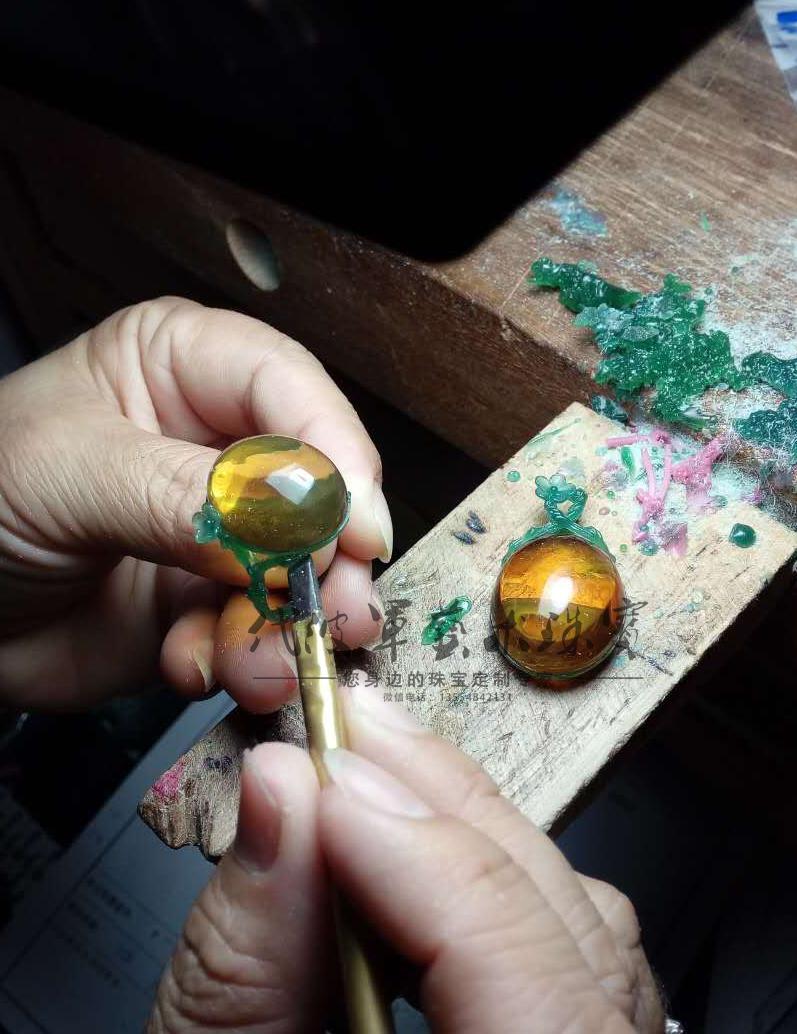 查看《代波军艺术珠宝定制-----蜜蜡就像黄昏的后花园》原图,原图尺寸:797x1034