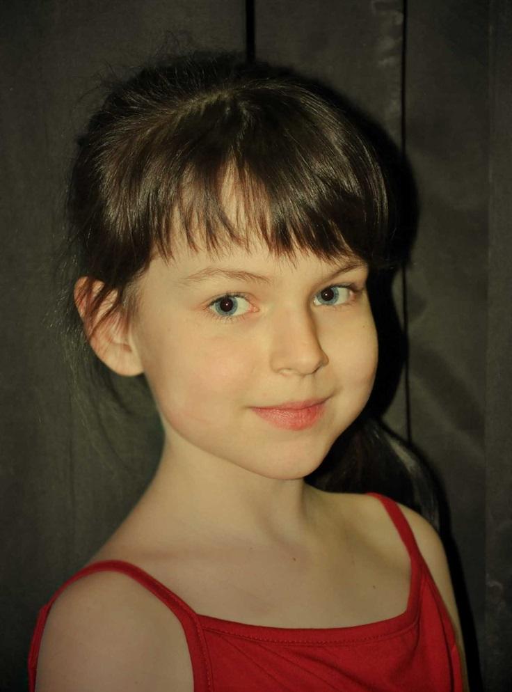 蓝眼睛的小女孩