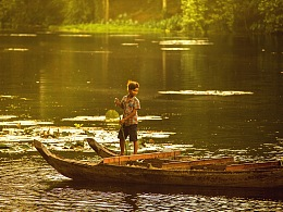 渔船上的小男孩