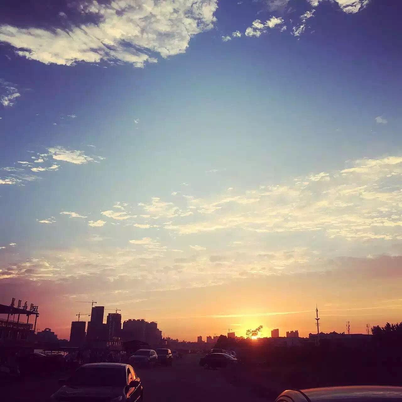 夏日傍晚城市天空