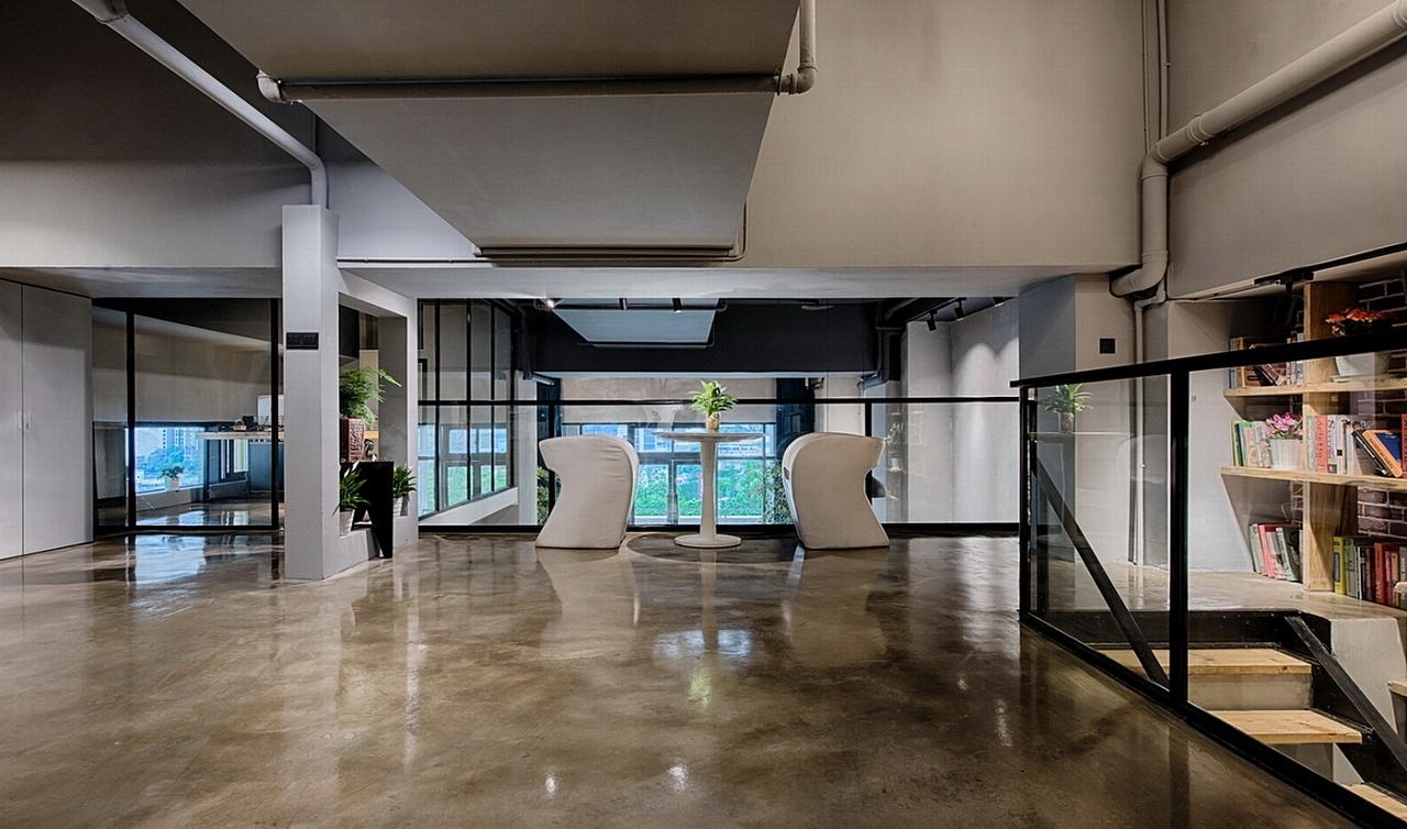 对设计的减法处理,仅用钢结构,玻璃和实木材为主构筑空间体系