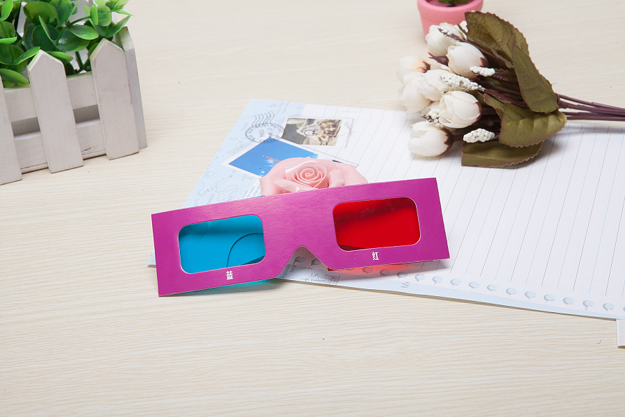 使用了:Apple - iMac .红蓝立体:这是最早出现、最初级的一种3D 立体成像技术色分法会将两个不同视角上 拍摄的影像分别以两种不同的颜色印制在同一副画面中。这样视频在放映是仅凭 肉眼观看就只能看到模糊的重影,而通过对应的红蓝等立体眼镜就可以看到立体 效果,以红蓝眼镜为例,红色镜片下只能分辨除红色外的景象(红色镜片,底色 为红色所以影片中的红色被忽略),蓝色镜片只能分辨除蓝色外的景象(蓝色镜 片,底色为蓝色所以影片中的蓝色被忽略),两只眼睛看到的不同影像在大脑中 重叠呈现出3D 立体效果。