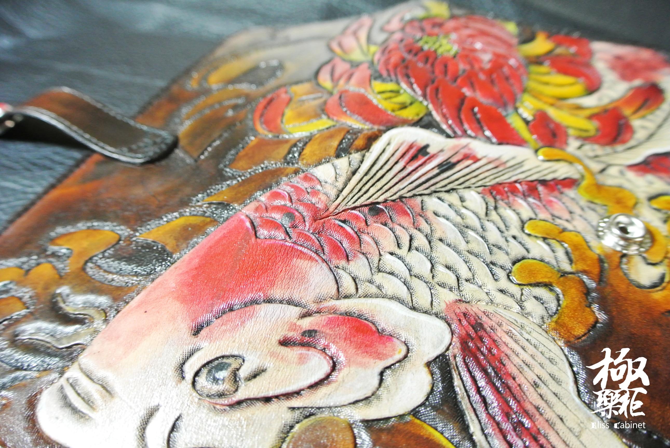 手绘雕刻锦鲤戏墨菊手包