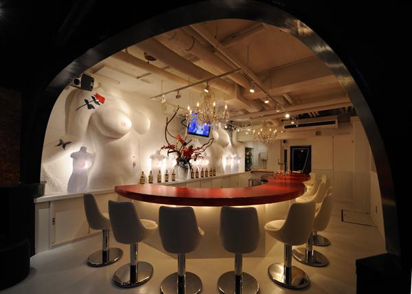 来自于瑞士艺术家H.R.吉格的一个大胆的建筑作品,堪称最奇异的博物馆酒吧设计,当你想到进入一个完美的酒吧室内的设计里,在这个极其异形的内部空间设计的,你将获得一个全新的欣赏,奇异而吸引着你灵魂的酒吧。 酒吧里双弓的骨骼结构,以及那纵横交错的古城堡的拱形天花板。脊髓背顶上的盆骨,和地板上刻着奇怪的象形文字,铸造混凝土表面的酒吧家具,虽然已经被抛光的痕迹,但它们给你是皮肤柔软的触感,博物馆酒吧是未来的文明遗迹,这是独一无二的建筑设计。吉格用岩石一样的合成材料铸造所有的酒吧元素,以保持这座古城堡的异形气氛,这是