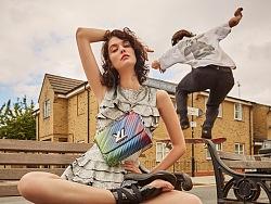 街头滑板酷女孩