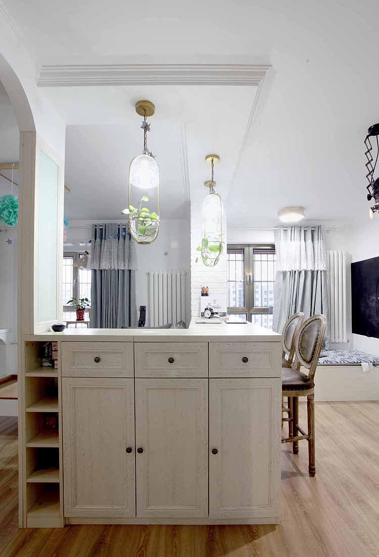 直线吊顶呼应直角吧台,吧台巧妙把客厅和书房分隔开,无论实用性和美观