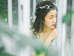 穿绿色系婚纱的小仙女,惊艳冬季玫瑰园