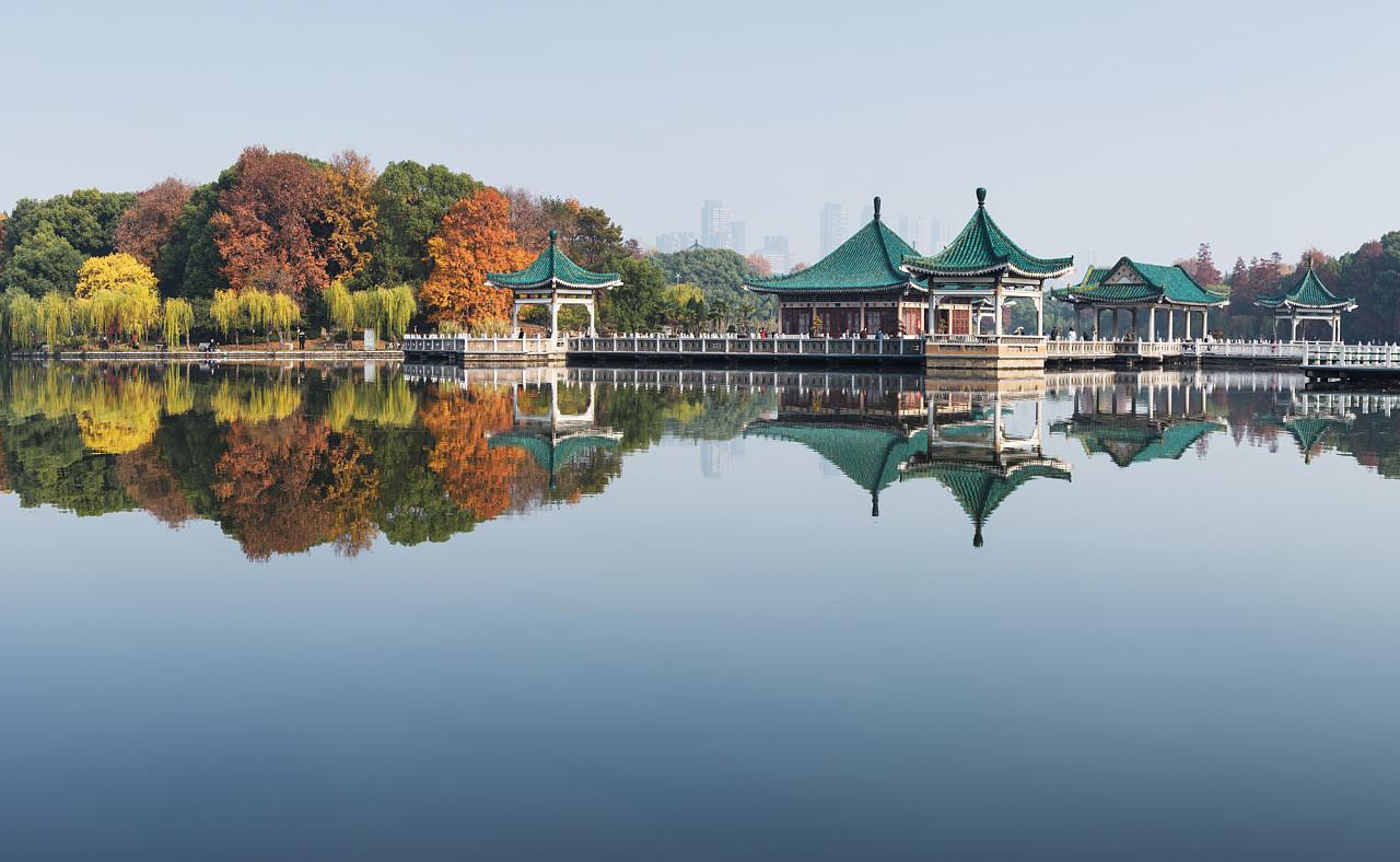 武漢東湖風景區碧潭觀魚