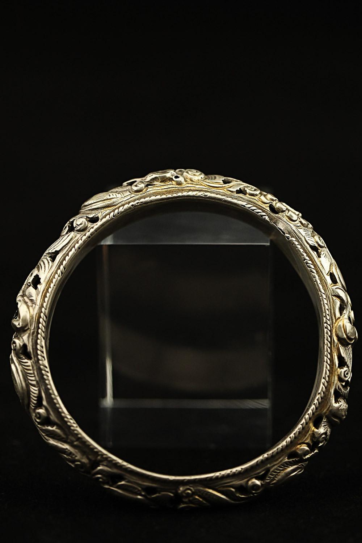 银镯子变黄_买的银镯子戴久了出现下图变黑,是什么原因应当如何