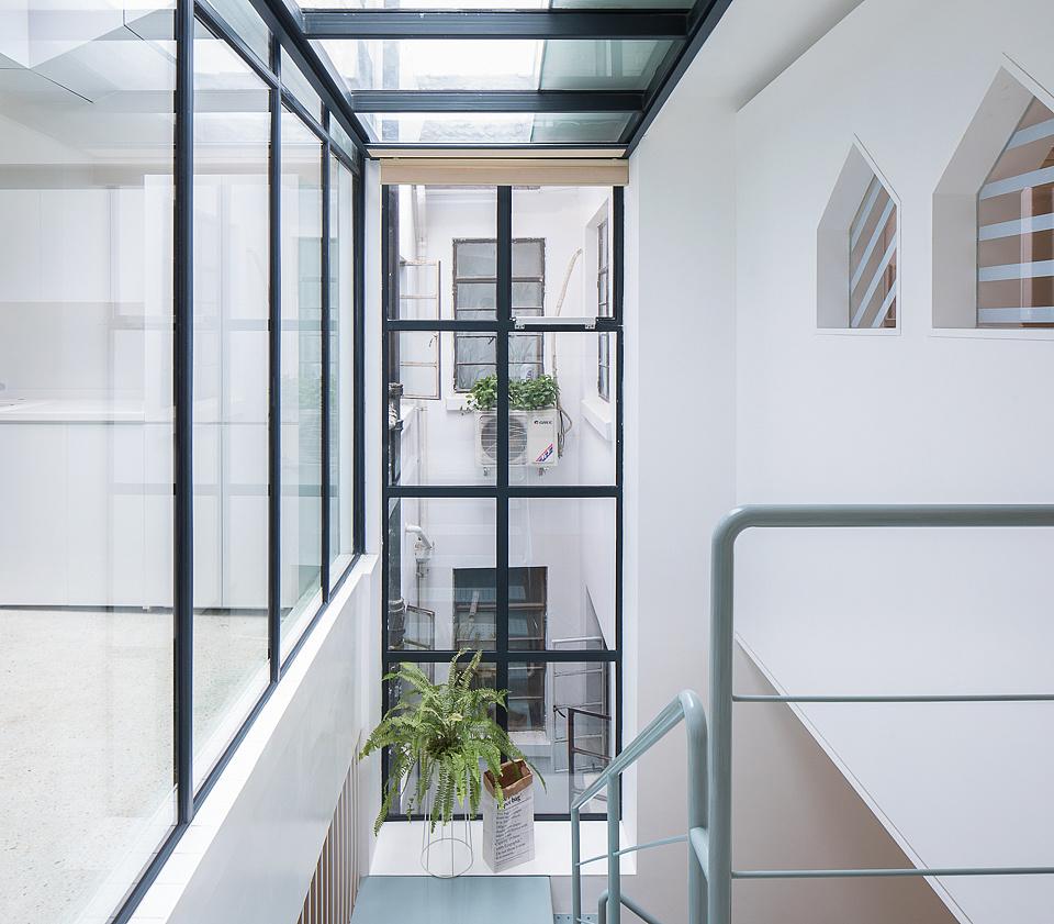 打开局部屋顶后创造了的很大面积室内的天窗,为室内中段空间引进大图片