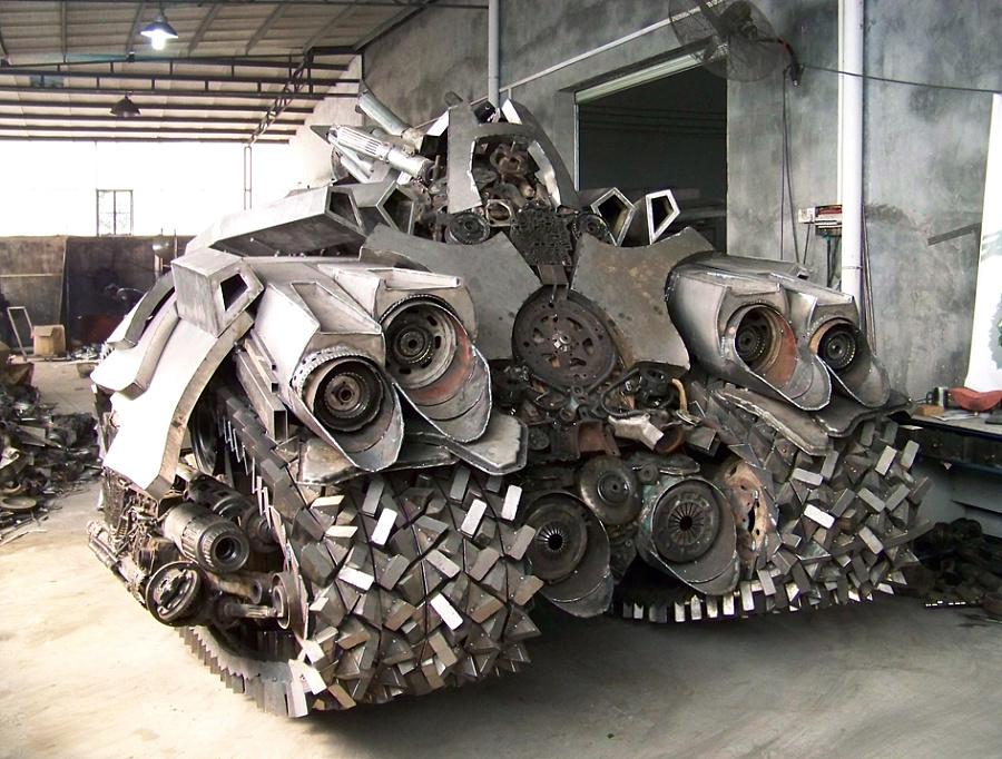 查看《铁的传奇为关注我们的朋友奉上新年大餐:4.5米长3.2米宽2.5米高的威震天坦克》原图,原图尺寸:945x716