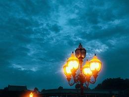 仲夏傍晚天空下的路灯