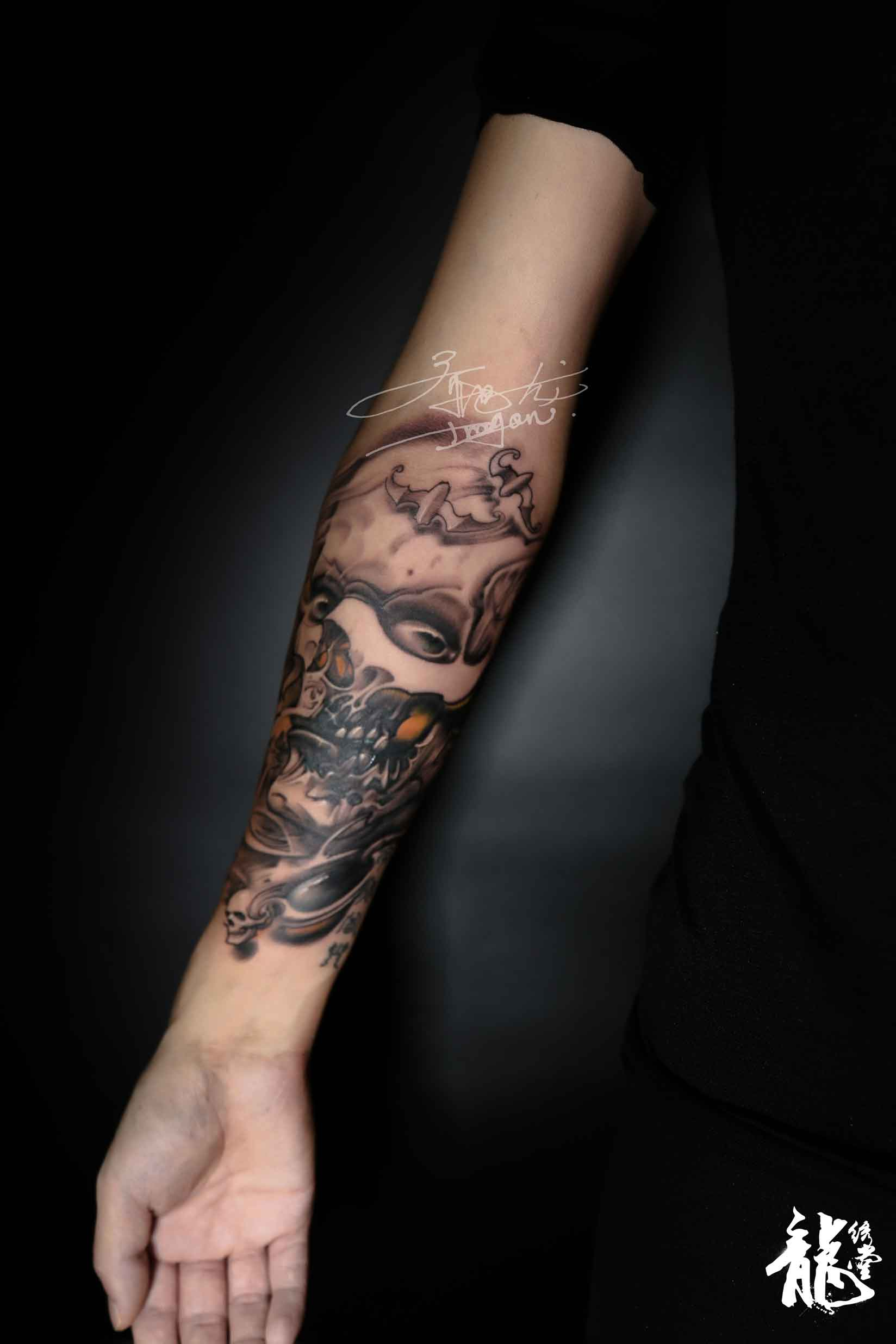 男人小臂人物骷髅黑灰素描肖像纹身
