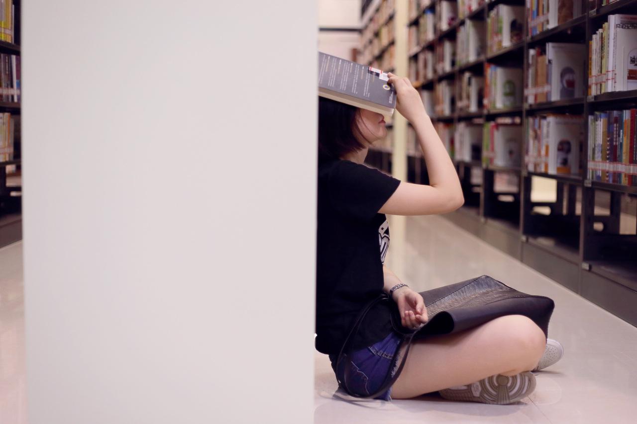 图书馆阅读少女|摄影|人像|阿mark - 原创作品 - 站酷图片