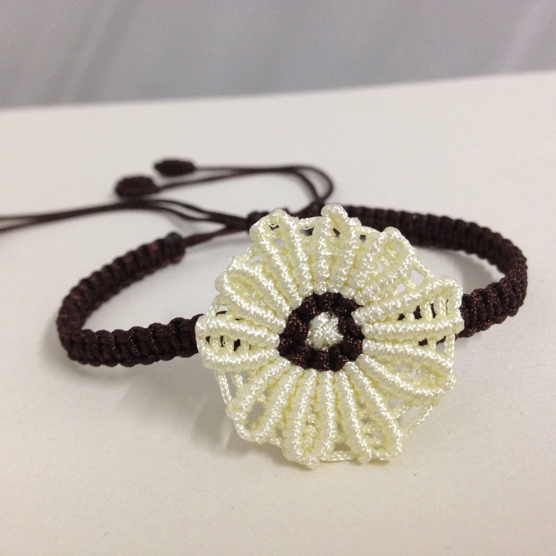 这款手链是用72号玉线编织的,样式简单,适合小